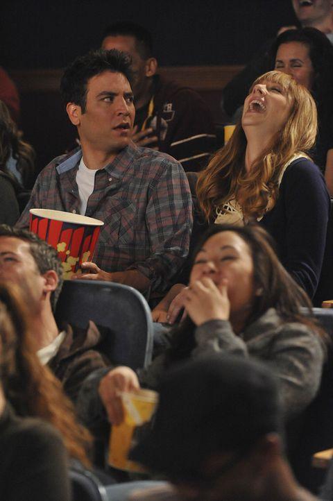 """Als Ted (Josh Radnor, l.) und Royce (Judy Greer, r.) im Kino einen neuen Film ansehen, ist Ted entsetzt: """"The Wedding Bride"""" erzählt seine Geschich... - Bildquelle: 20th Century Fox International Television"""