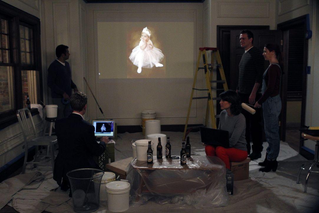 Da Barney wissen möchte, welches Geschlecht das Baby von Lily und Marshall hat, hat er sich ganz was Besonderes einfallen lassen. (v.l.n.r.) Kevin... - Bildquelle: 20th Century Fox International Television