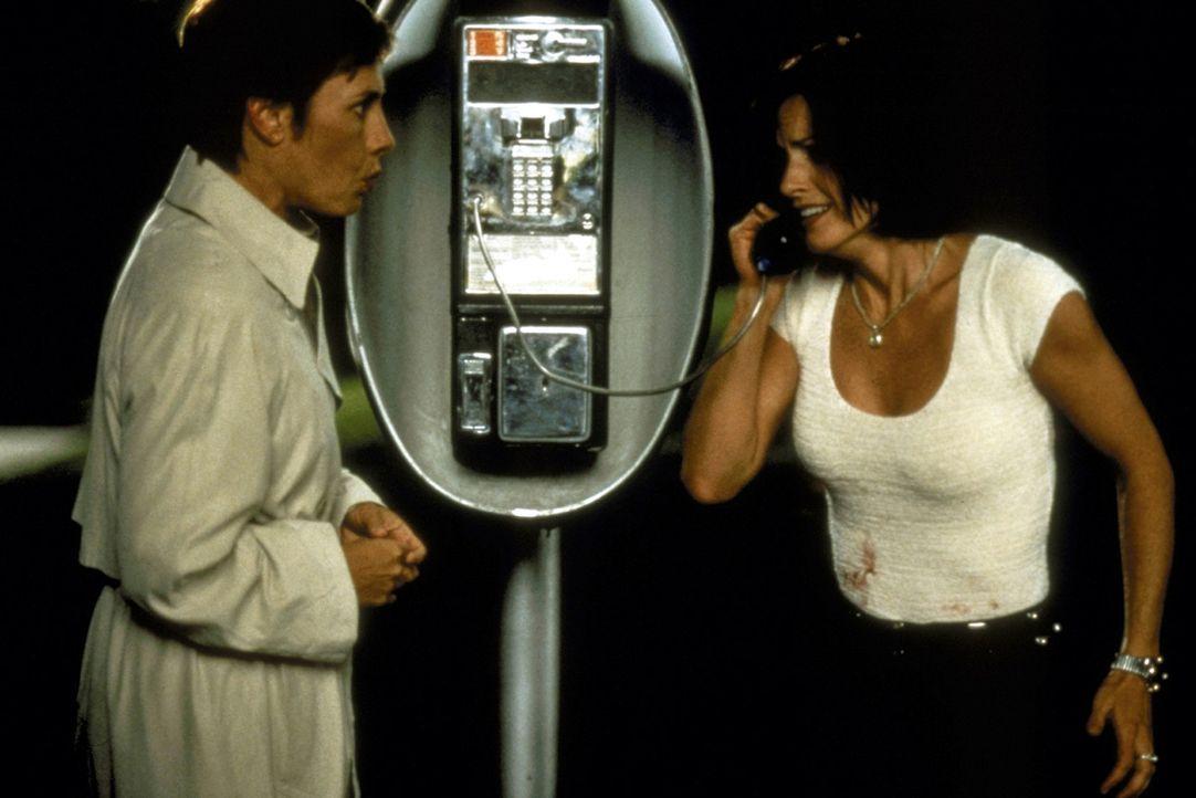 Auch sie werden von dem Irrsinn des Mörders in den Bann gezogen: die Journalistinnen Gale Weathers (Courteney Cox, r.) und Debbie Salt (Laurie Metc... - Bildquelle: Kinowelt Filmverleih GmbH 1997