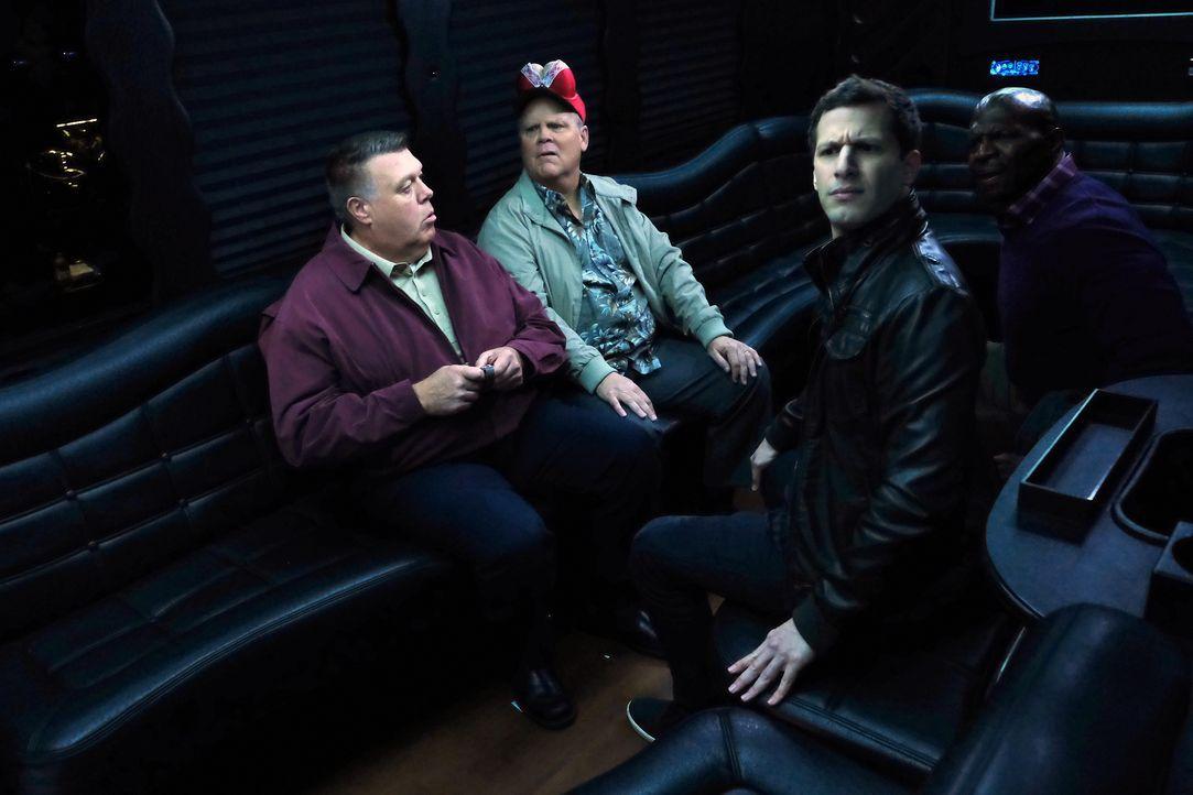 (v.l.n.r.) Scully (Joel McKinnon Miller); Hitchcock (Dirk Blocker); Jake Peralta (Andy Samberg); Terry Jeffords (Terry Crews) - Bildquelle: John P. Fleenor 2015 UNIVERSAL TELEVISION LLC. All rights reserved. / John P. Fleenor