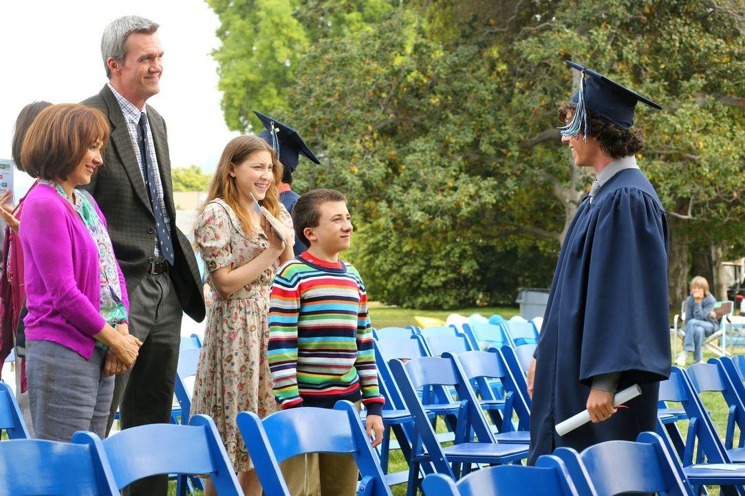 Happy Family: Auf Axls (Charlie McDermott, r.) Abschlusszeremonie scheinen die ganzen Streitigkeiten plötzlich vergessen und die strahlenden Eltern... - Bildquelle: Warner Brothers