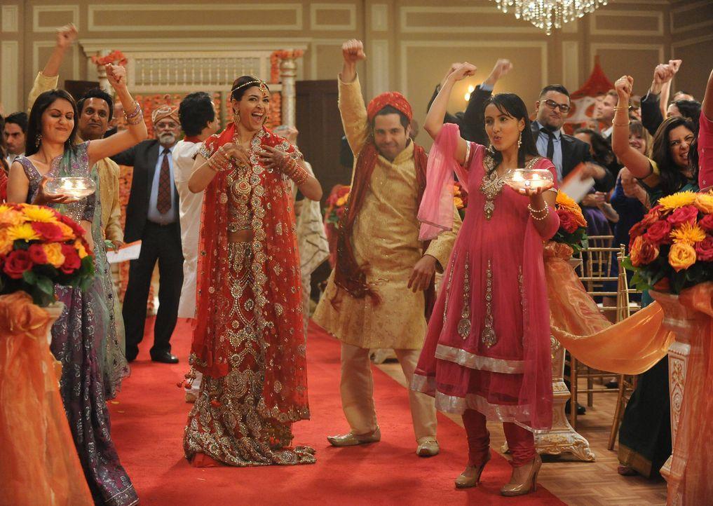Ein ganz besonderer Tag für Cece (Hannah Simone, M.l.) und Shivrang (Satya Bhabha, M.r.) ... - Bildquelle: 2013 Twentieth Century Fox Film Corporation. All rights reserved