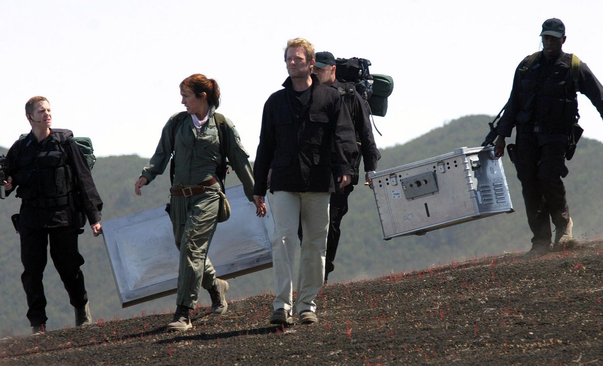 Um eine Invasion abzuwenden, gehen Cutter (Douglas Henshall, M.) und Helen (Juliet Aubrey, 2.v.l.) zusammen mit Ryans (Mark Wakeling, l.) Einheit  i... - Bildquelle: ITV Plc