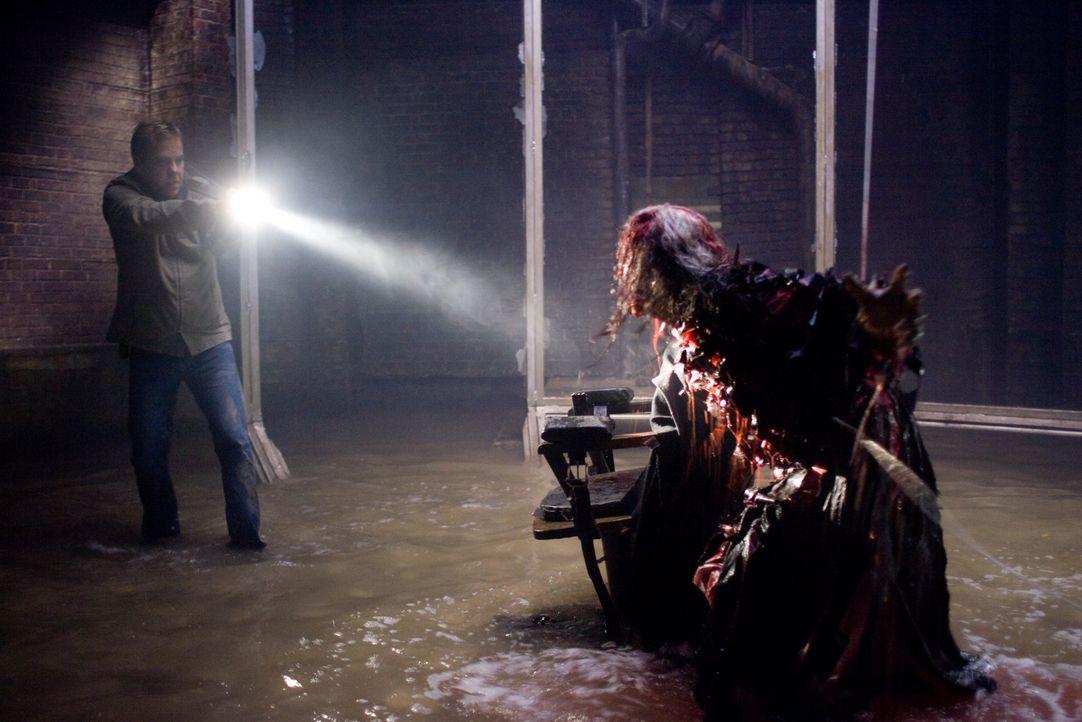 Das Böse ist immer und überall - sogar hinter harmlosen Spiegelflächen: Ben (Kiefer Sutherland, l.) ... - Bildquelle: 2007 Regency Enterprises, New Regency Pictures