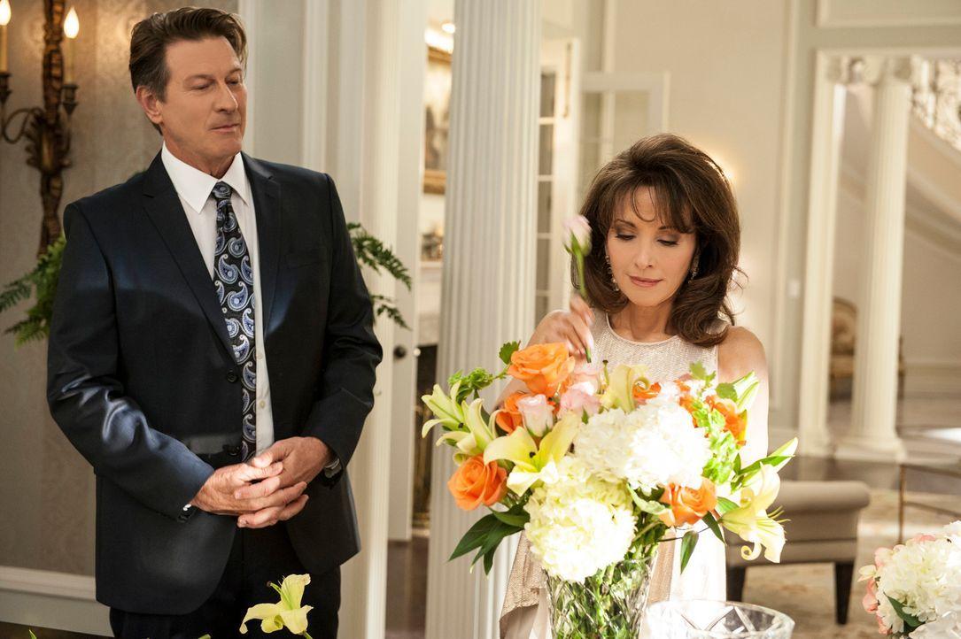Während Rosie ihre Affäre mit Spence genießt, muss Genevieve (Susan Lucci, r.) von Michael (Brett Cullen, l.) erfahren, dass ihr ganzes Geld weg ist... - Bildquelle: ABC Studios