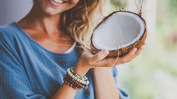 Kokosnussöl spendet deinen Haaren reichlich Feuchtigkeit