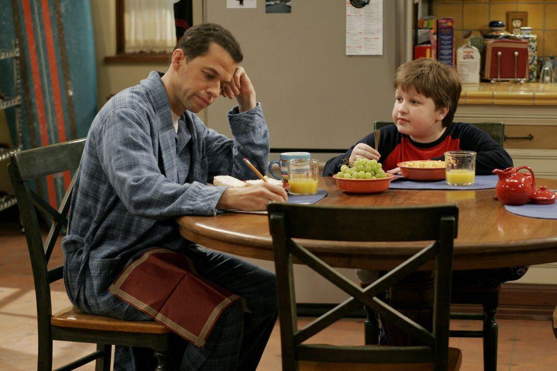 Jake (Angus T. Jones, r.) erzählt seinem Vater Alan (Jon Cryer, l.), dass er Charlie in der Garage beim rauchen erwischt hat ... - Bildquelle: Warner Brothers Entertainment Inc.