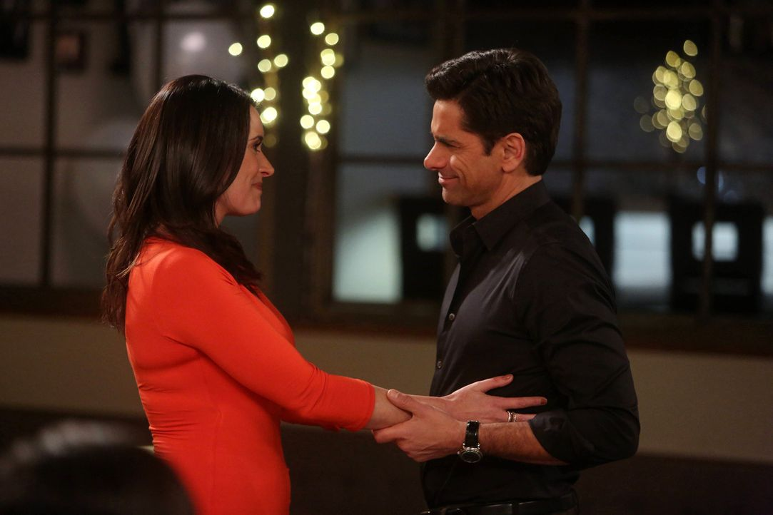 Während sich Jimmy (John Stamos, r.) kurz vor seinem 51. Geburtstag daran erinnert, wie es war, bevor Sara (Paget Brewster, l.) und Gerald in sein L... - Bildquelle: Jordin Althaus 2016 ABC Studios. All rights reserved.