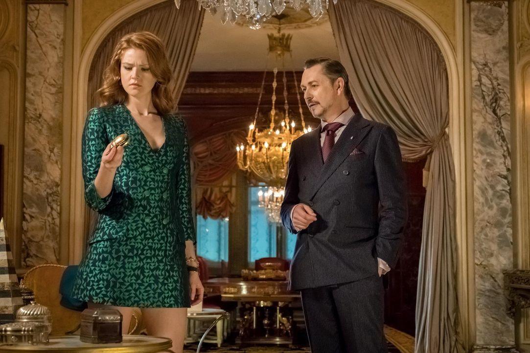 Durch ein Amulett, dass Ivy (Maggie Geha, l.) dem Antiquitätenhändler Anton (Jeremy Crutchley, r.) geklaut hat, gerät sie zusammen mit Selina und Br... - Bildquelle: Warner Brothers