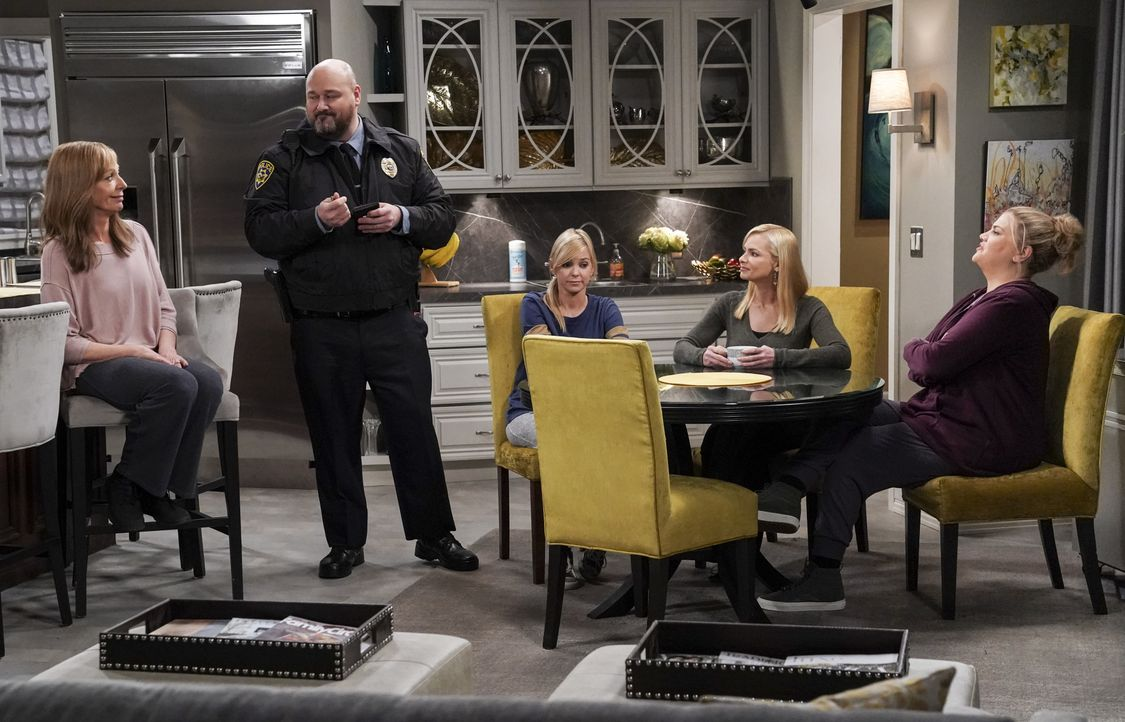(v.l.n.r.) Bonnie (Allison Janney); Officer Andy (Will Sasso); Christy (Anna Faris); Jill (Jaime Pressly); Tammy (Kristen Johnston) - Bildquelle: Monty Brinton 2018 WBEI. All rights reserved. / Monty Brinton