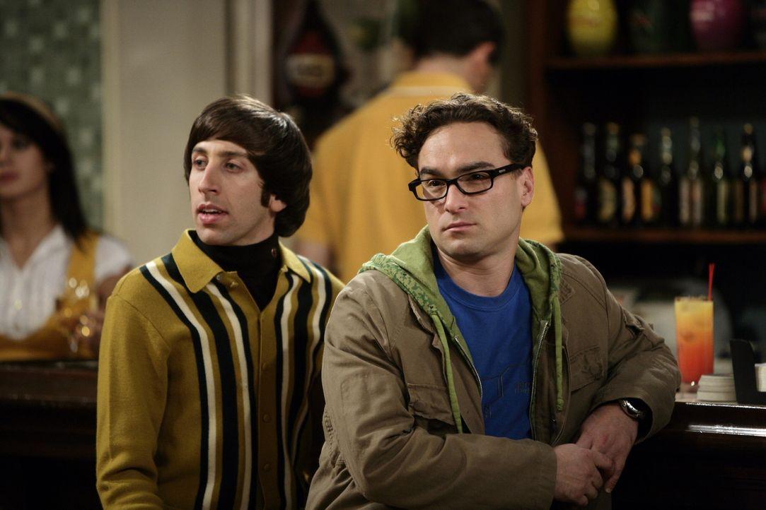 Beobachten gespannt das Date zwischen Raj und Lalita: Leonard (Johnny Galecki, r.) und Howard (Simon Helberg, l.) ... - Bildquelle: Warner Bros. Television
