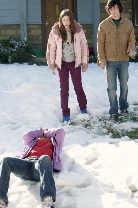 Frankies (Patricia Heaton, vorne) Plan, ihre Kinder Sue (Eden Sher, M.) und Axl (Charlie McDermott, r.) zum friedlicheren Beisammensein zu animieren... - Bildquelle: Warner Brothers