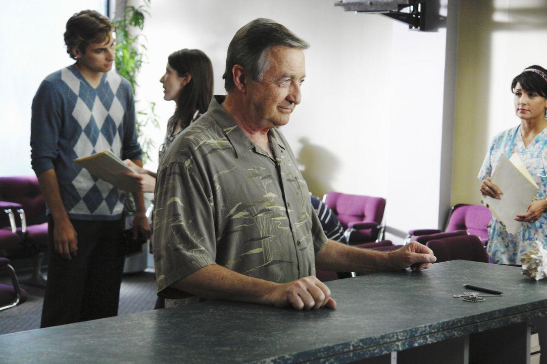 Wird entlassen und geht schweren Herzens nach Hause: Kelso (Ken Jenkins) ... - Bildquelle: Touchstone Television