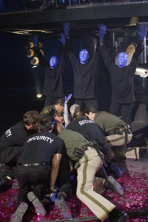 J.D. flüchtet im alkoholisiertem Zustand und landet dabei in einer Show der Blue Man Group mitten auf der Bühne, woraufhin er von Sicherheitsbeamt... - Bildquelle: Touchstone Television
