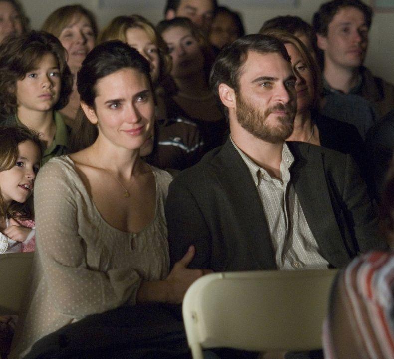 Noch ist ihre Welt in Ordnung, doch dann verändert ein winziger Augenblick ihr Leben vollständig: Ethan Learner (Joaquin Phoenix, r.) und seine Fr... - Bildquelle: TOBIS Film