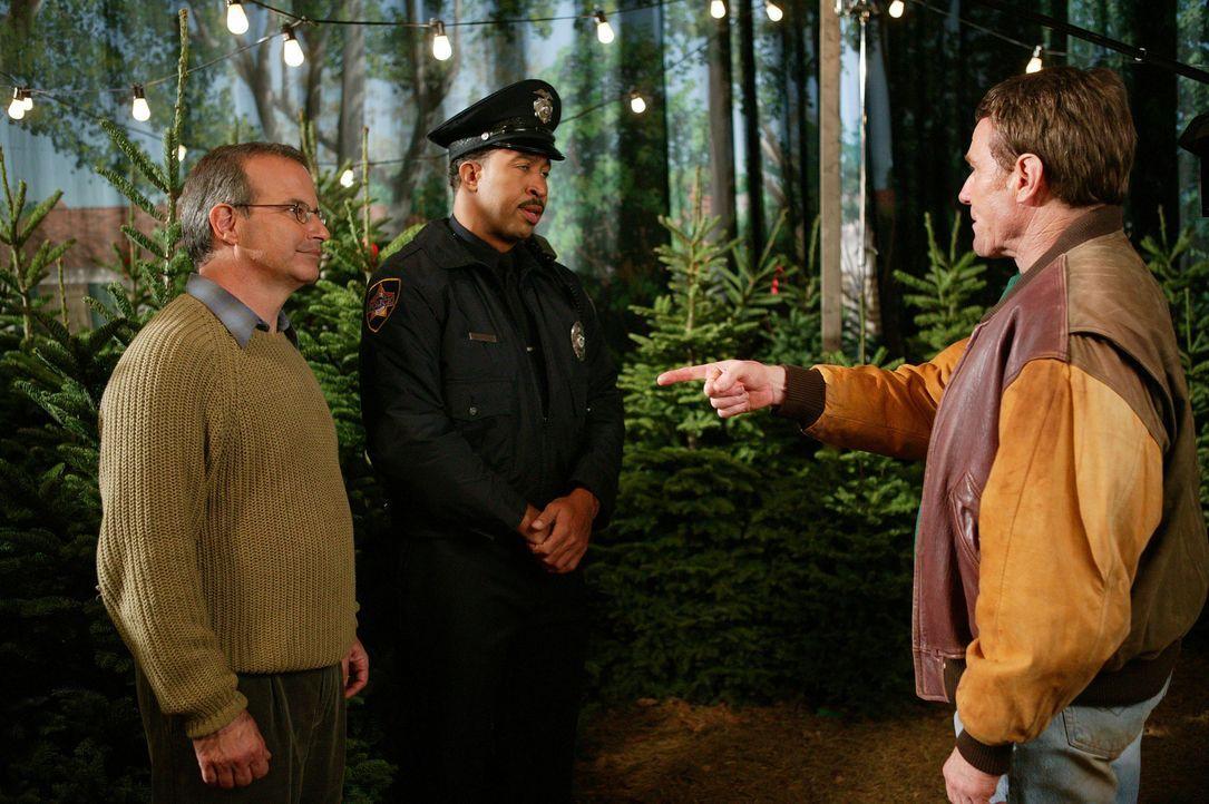 Anfangs läuft der Verkauf der Weihnachtsbäume sehr gut, bis sich diverse Leute aufregen und Hal (Bryan Cranston, r.) keine Möglichkeit mehr hat,... - Bildquelle: TM +   2000 Twentieth Century Fox Film Corporation. All Rights Reserved.