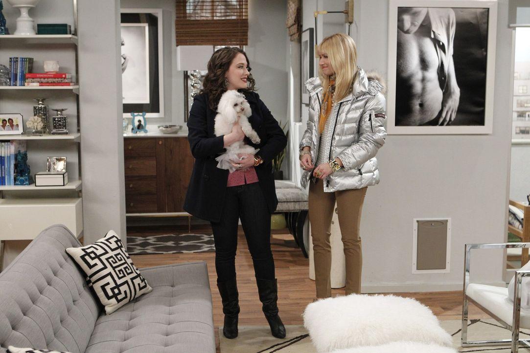 Max (Kat Dennings, l.) und Caroline (Beth Behrs, r.) sind happy: Für das Hunde-Sitting in der Wohnung eines schwulen Stammgast-Pärchens bekommen s... - Bildquelle: Warner Brothers