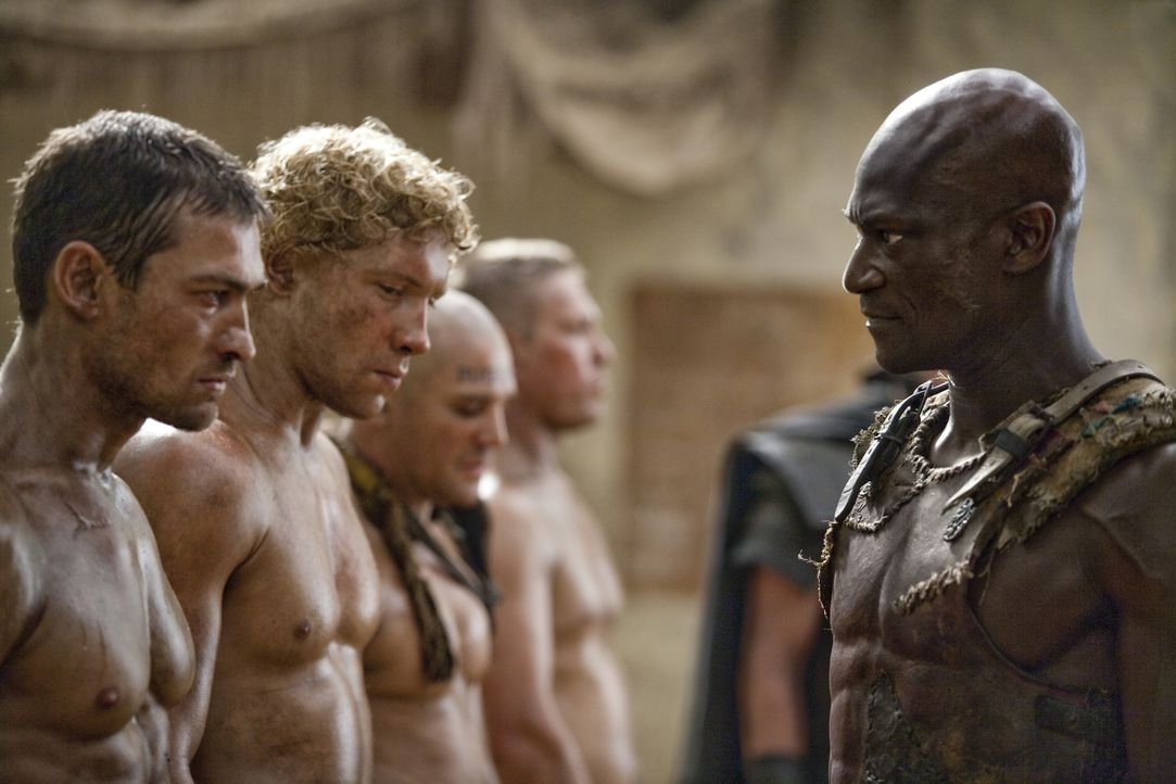Drago (Peter Mensah, r.) hat Varro (Jai Courtney, 2.v.l.) und Spartacus (Andy Whitfield, l.) immer im Visier ... - Bildquelle: 2010 Starz Entertainment, LLC