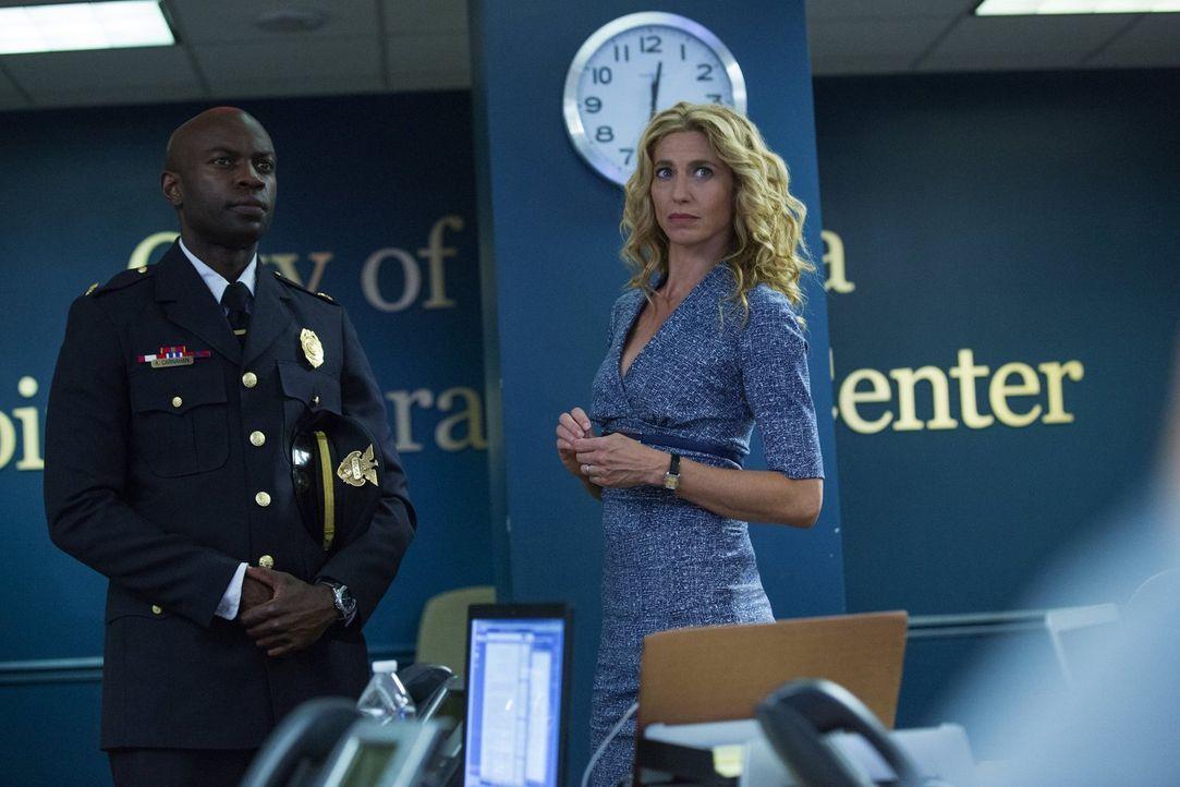 Als Sabine (Claudia Black, r.) und Lex (David Gyasi, l.) erfahren, dass eine Frau, die mit dem Patienten 0 in Kontakt stand, vermisst wird, müssen s... - Bildquelle: Warner Brothers