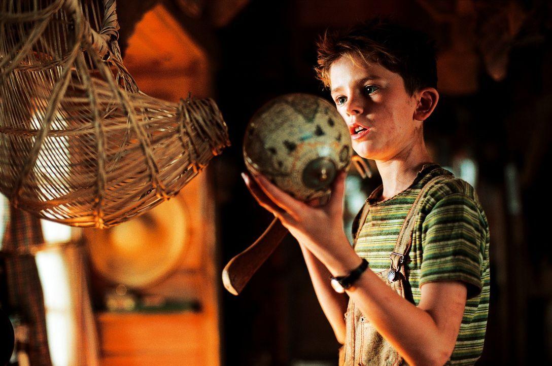 Arthur (Freddie Highmore) bleiben nur 48 Stunden Zeit um den Schatz seines Großvaters zu finden, der irgendwo tief im Garten vergraben, in einer and... - Bildquelle: TOBIS Film