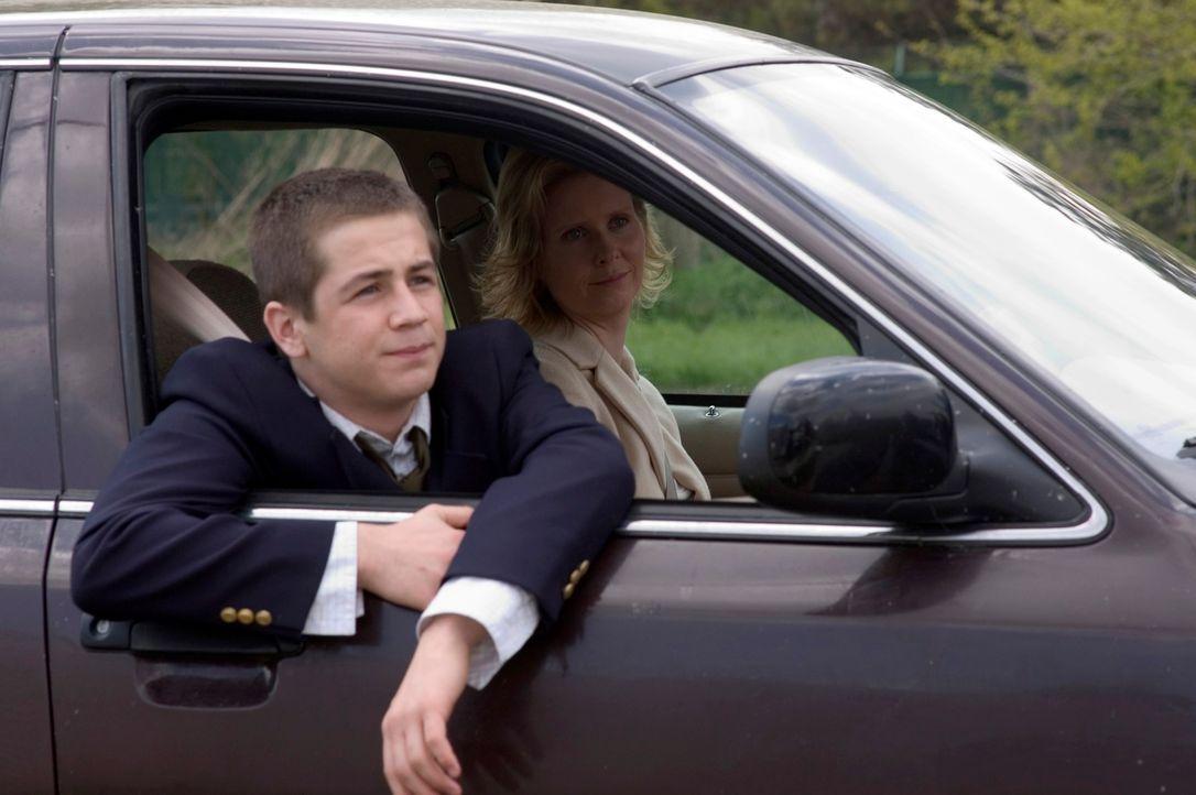 In einer Fernsehshow hat Dylan (Michael Angarano, vorne), der an einer unheilbaren Krankheit leidet, einen ausgefallenen letzten Wunsch: Er will ein... - Bildquelle: RRS Entertainment GmbH
