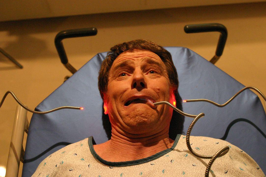 Hal (Bryan Cranston) muss sich einer Untersuchung unterziehen ... - Bildquelle: TM +   2000 Twentieth Century Fox Film Corporation. All Rights Reserved.