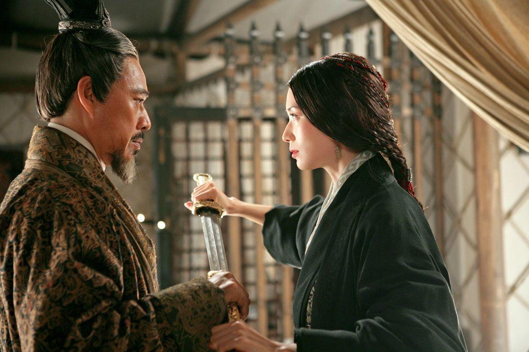 Um das Ende des schrecklichen Krieges herbeizuführen, würde Xiao Qiao (Chiling Lin, r.) sehr gerne den machtgierigen Premierminister Cao Cao (Feng... - Bildquelle: Constantin Film Verleih GmbH