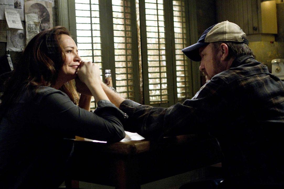 Ihre traute Zweisamkeit scheint keine Zunkunft zu haben: Ellen (Samantha Ferris, l.) und Bobby (Jim Beaver, r.) ... - Bildquelle: Warner Bros. Television