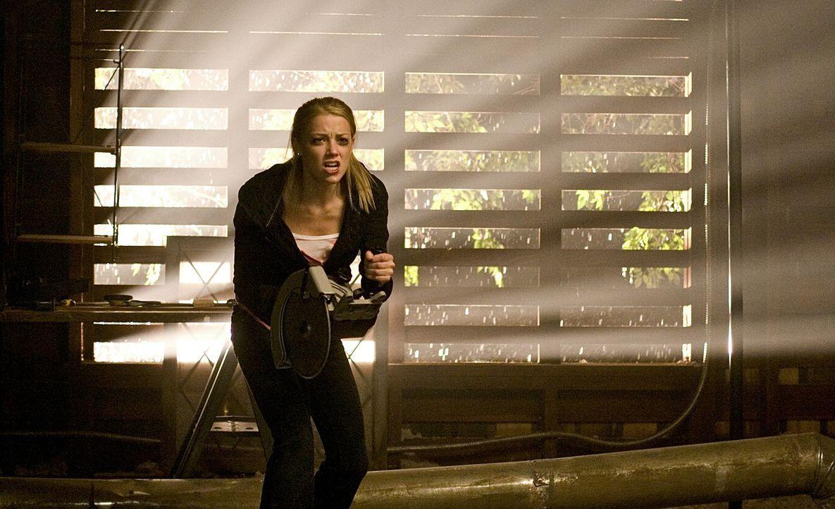 """Kaum hat Kelly (Amber Heard) die dunkle Seite von Michaels neuem """"Daddy"""" aufgedeckt, da gerät sie auch schon in dessen Visier ... - Bildquelle: 2009 Screen Gems, Inc. All Rights Reserved."""