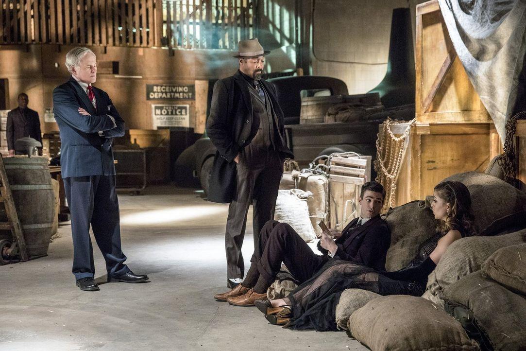 Was haben die beiden Gangster Digsby (Jesse L. Martin, 2.v.l.) und sein Ehemann (Victor Garber, l.) mit Barry (Grant Gustin, 2.v.r.) und Kara (Melis... - Bildquelle: 2016 Warner Bros.