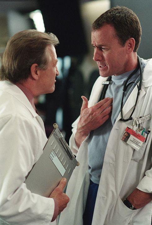 Unangenehmerweise muss sich Neuling J.D. entscheiden, ob er sich auf die Seite von Chefarzt Dr. Kelso (Ken Jenkins, l.) schlagen oder dessen Todfein... - Bildquelle: Touchstone Television