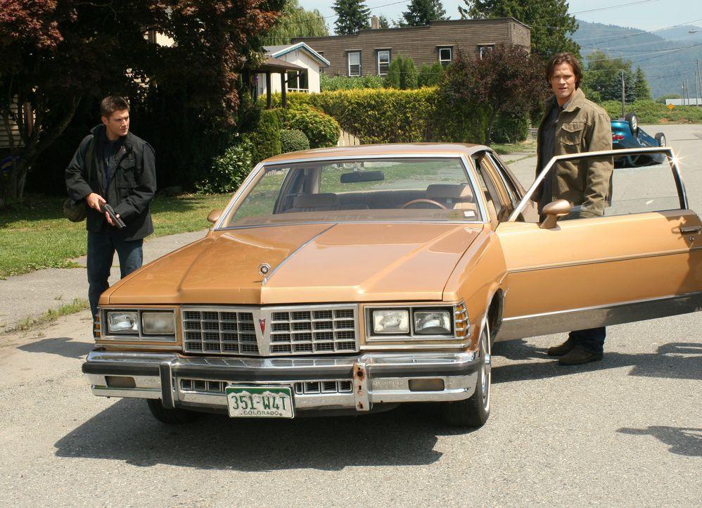 Der Jäger Rufus Turner bittet Sam (Jared Padalecki, r.) und Dean (Jensen Ackles, l.) um Hilfe, weil seine Stadt von Dämonen bedroht wird. Es stell... - Bildquelle: Warner Bros. Television