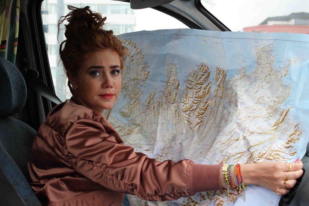 """Old school: Statt sich wie sonst auf ihr Handy zu verlassen, muss Palina Rojinski bei ihrem """"Offline""""-Abenteuer in Island auf altbewährte Methoden w... - Bildquelle: ProSieben"""
