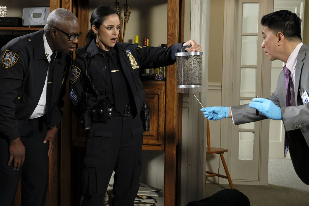 (v.l.n.r.) Captain Ray Holt (André Braugher); Amy Santiago (Melissa Fumero); Dr. Ronald Yee (Reggie Lee) - Bildquelle: Trae Patton 2019 UNIVERSAL TELEVISION LLC. All rights reserved. / Trae Patton
