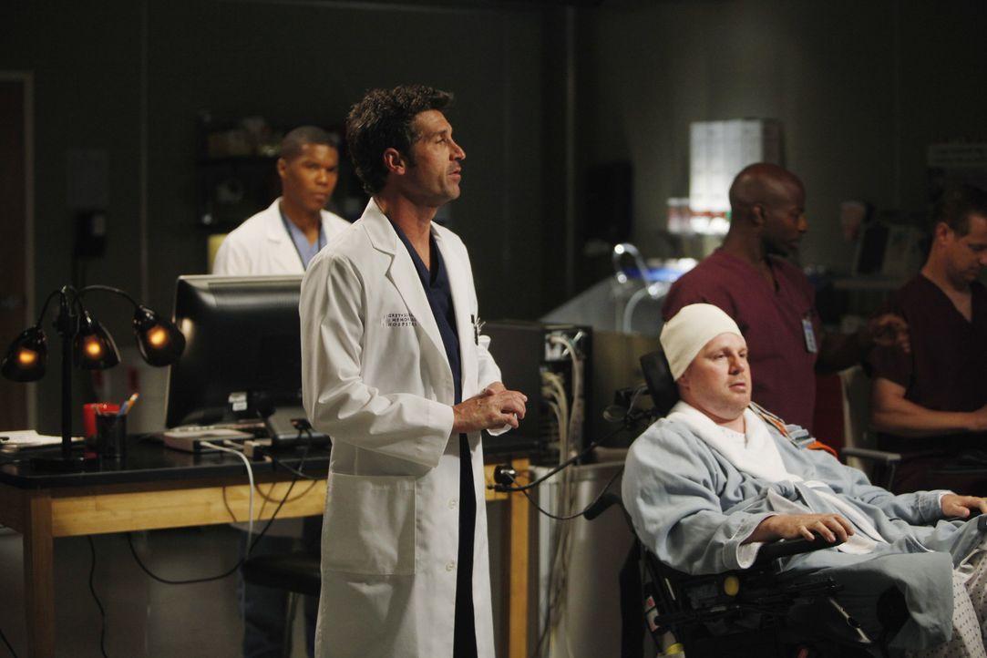 Eine Kinderzeichnung bringt Derek (Patrick Dempsey, M.) auf eine großartige Idee für ein Transplantat, doch sein Patient Mickey (Jay Cramer, r.) l... - Bildquelle: ABC Studios