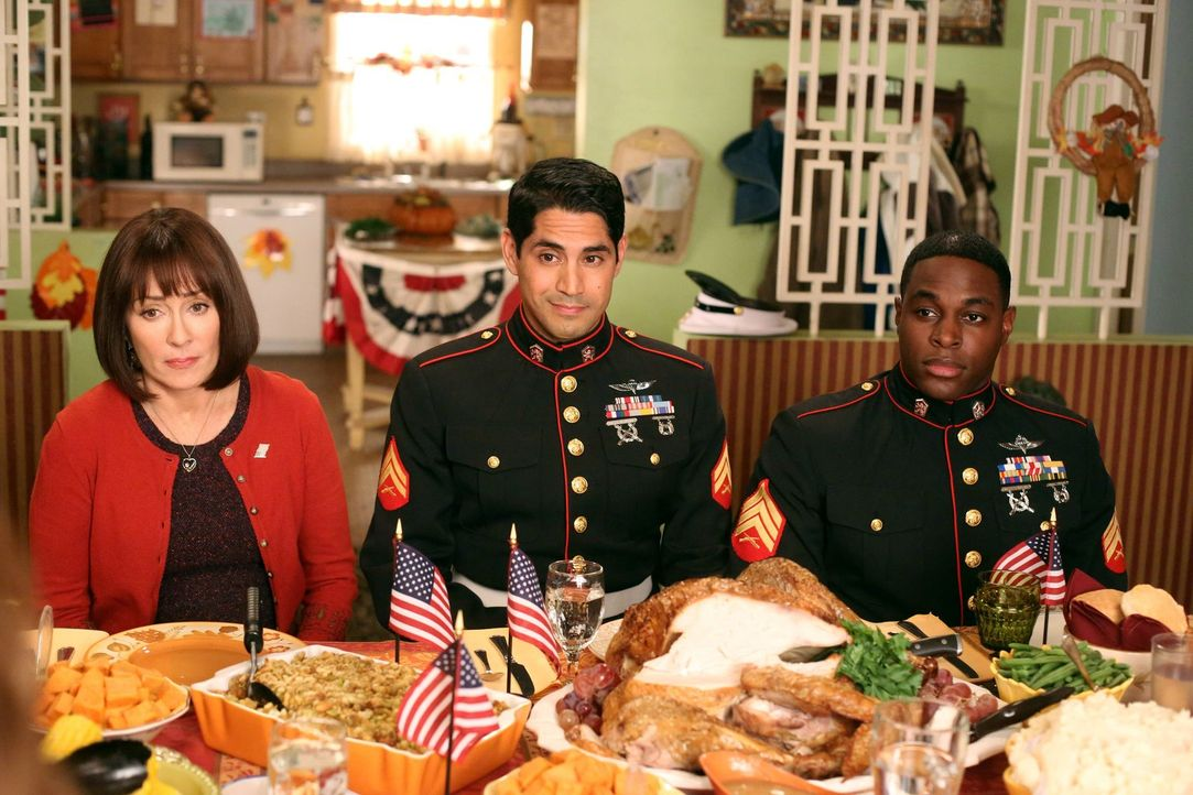 Weil Frankie (Patricia Heaton, l.) an Thanksgiving eine gute Tat vollbringen möchte, lädt sie die zwei Marinesoldaten Nick Martinez (Will F. Vasquez... - Bildquelle: Warner Brothers