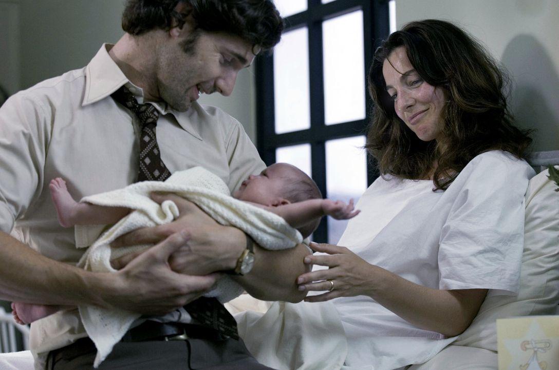 Überglücklich schließt der Geheimdienstoffizier Avner (Eric Bana, l.) sein neugeborenes Kind in die Arme. Doch schon bald soll er seine Frau Daph... - Bildquelle: 2005 UNIVERSAL STUDIOS and DREAMWORKS LLC.
