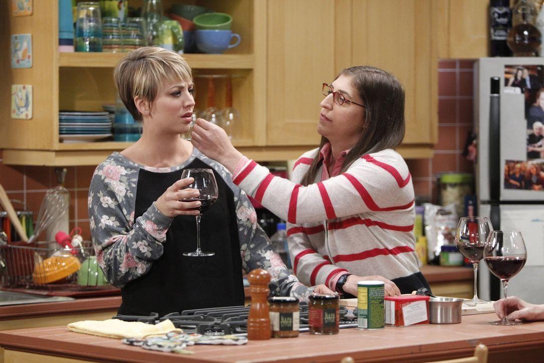 Amy (Mayim Bialik, r.) und Bernadette versuchen zwischen Penny (Kaley Cuoco, l.) und Emily zu vermitteln. Doch wird es ihnen gelingen, das Eis zwisc... - Bildquelle: Warner Brothers