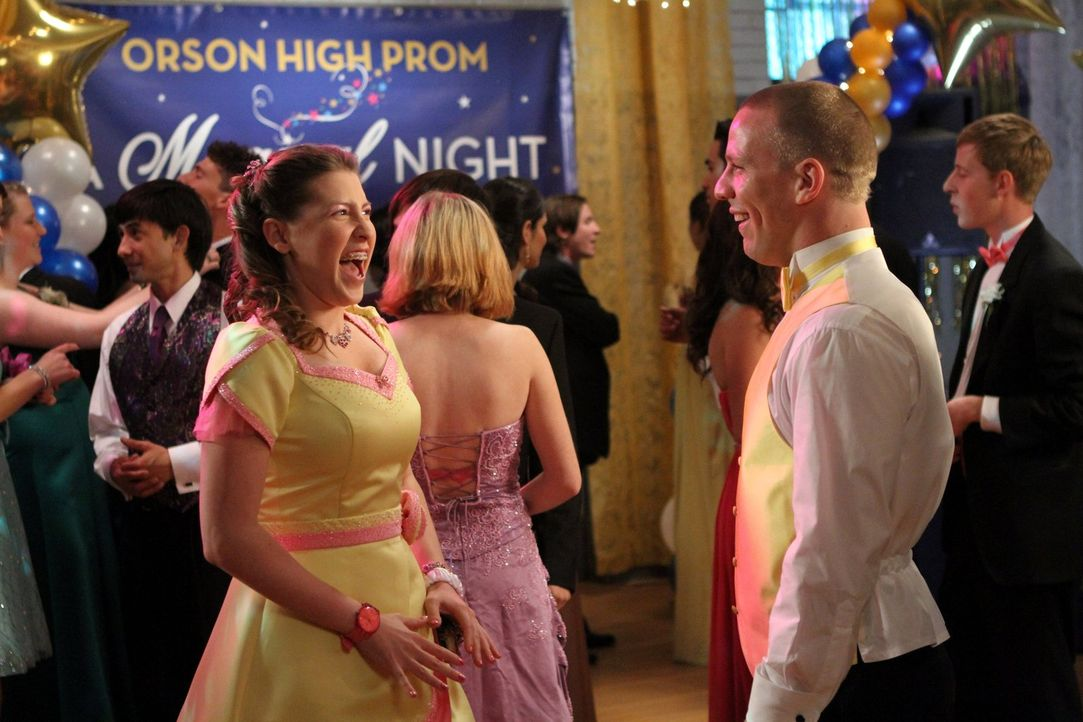 Während sich Sue (Eden Sher, l.) auf dem Abschlussball mit ihrem Date Darrin (John Gammon, r.) prächtig amüsiert, hat Axl dort weniger Spaß. Frankie... - Bildquelle: Warner Brothers