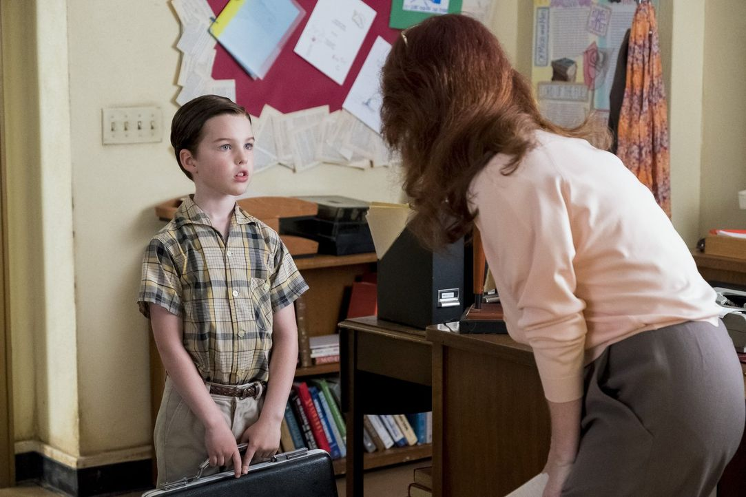 Das erste Mal, als Sheldon (Iain Armitage, l.) zu spät zum Unterricht kommt , ist beinahe so traumatisch für ihn wie die Tatsache, dass er zuvor bei... - Bildquelle: Warner Bros.
