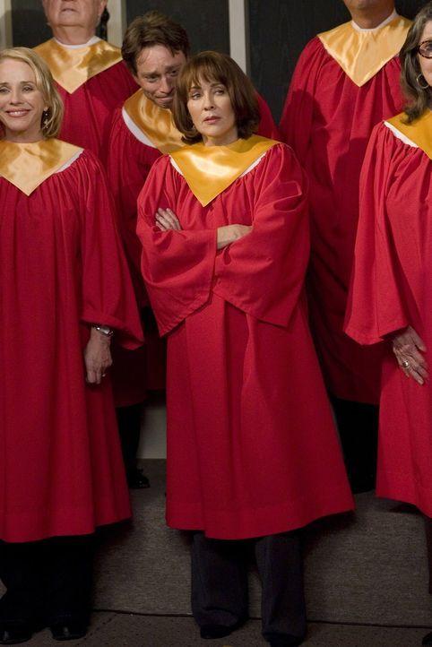 Als Frankie (Patricia Heaton) einen großen Part im Chor bekommt, ist die Freude zuerst groß, doch dann stellt sich die Frage, wie sie, bei all den P... - Bildquelle: Warner Brothers