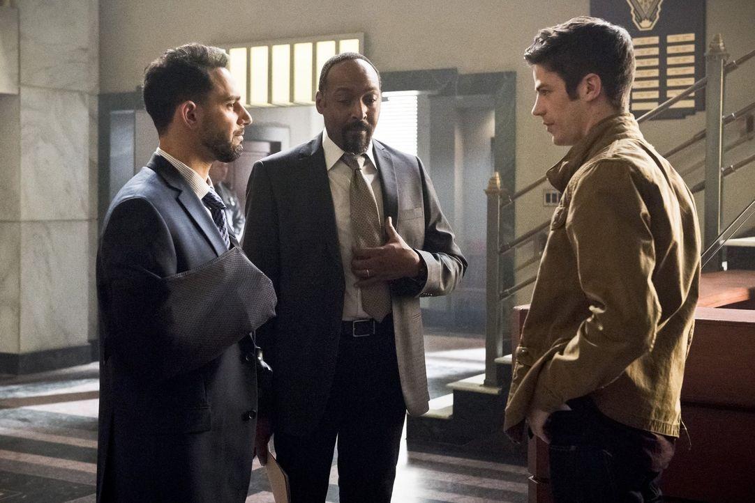 Noch glauben Captain Singh (Patrick Sabongui, l.), Joe (Jesse L. Martin, M.) und Barry (Grant Gustin, r.), dass sie Zoom besiegen können ... - Bildquelle: Warner Bros. Entertainment, Inc.