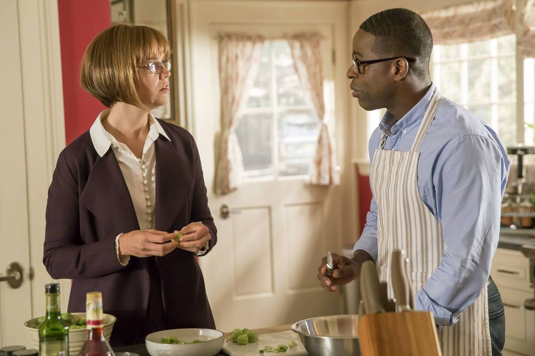 Randall (Sterling K. Brown, r.) erfährt ein lang gehütetes Geheimnis seiner Mutter (Mandy Moore, l.), das ihm das Herz bricht ... - Bildquelle: Ron Batzdorff 2016-2017 Twentieth Century Fox Film Corporation.  All rights reserved.   2017 NBCUniversal Media, LLC.  All rights reserved.