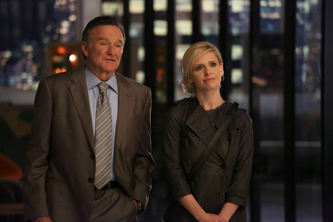 Der exzentrische Werbemann Simon Roberts (Robin Williams, l.), der ebenso viele Ehen wie Reha-Aufenthalte hinter sich hat, macht seine vernunftbeton... - Bildquelle: 2013 Twentieth Century Fox Film Corporation. All rights reserved.