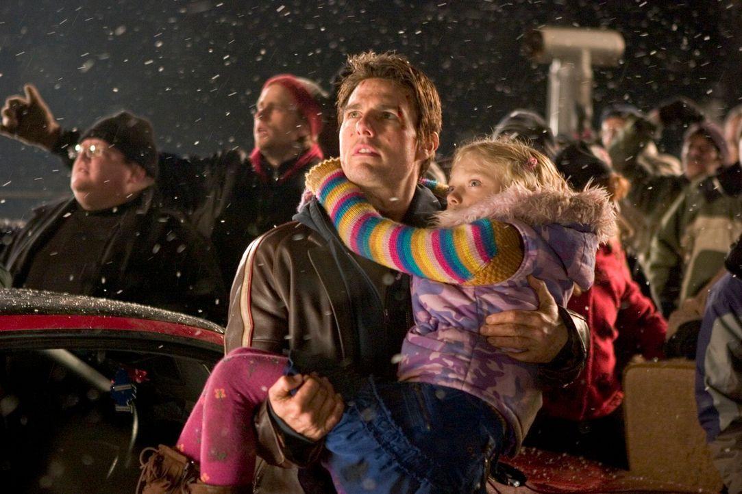 Kaum glaubt Ray (Tom Cruise, l.), dass er und seine Kinder (Justin Chatwin, r.) in Sicherheit sind, da tauchen auch schon die nächsten außerirdische... - Bildquelle: 2004 Paramount Pictures All Rights Reserved.
