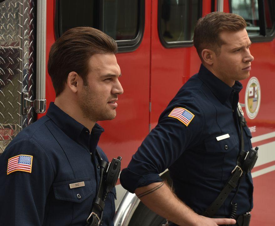"""Eddie Diaz (Ryan Guzman, l.); Evan """"Buck"""" Buckley (Oliver Stark, r.) - Bildquelle: Jack Zeman 2018-2019 Twentieth Century Fox Film Corporation. All rights reserved. / Jack Zeman"""