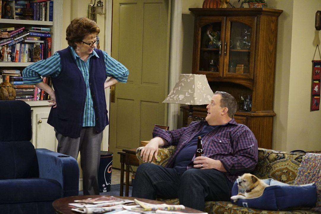 Mike (Billy Gardell, r.) hat genug davon, dass Molly den Haushalt vernachlässigt und stattdessen regelmäßig mit Joyce und Victoria ausgeht. Er sucht... - Bildquelle: Warner Brothers