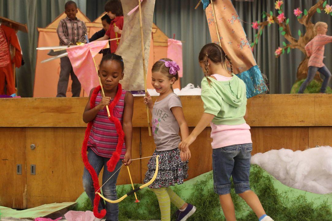 Natalie (Rachel Eggleston, M.) soll in einem Schultheaterstück einen Hügel spielen, aber ihre Großeltern sind sich sicher, dass sie das Potenzial zu... - Bildquelle: 2013 American Broadcasting Companies. All rights reserved.