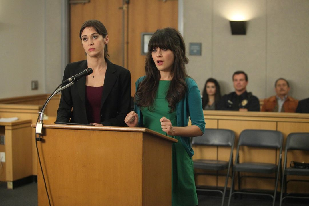 Jess (Zooey Deschanel, r.) muss sich vor Gericht verantwortet und benötigt deshalb die Hilfe von Nicks neuer Freundin Julia (Lizzy Caplan, l.) ... - Bildquelle: 2012 Twentieth Century Fox Film Corporation. All rights reserved.