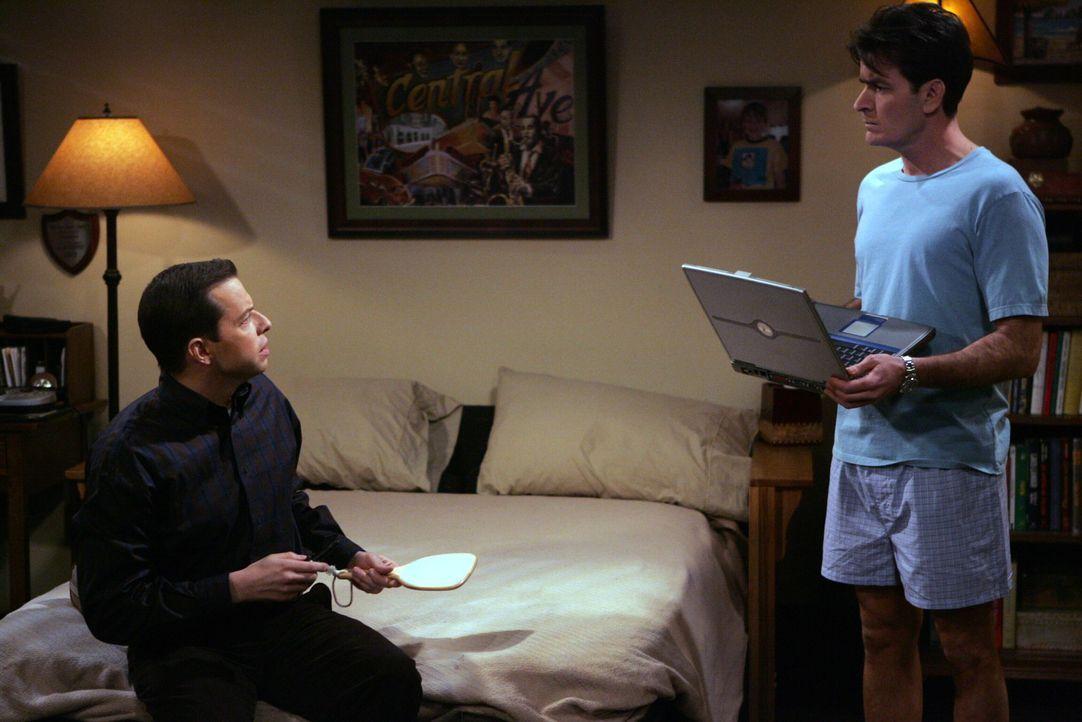Charlie (Charlie Sheen, r.) kann nicht glauben, dass Alan (Jon Cryer, l.) sich eine Frau im Internet gesucht hat ... - Bildquelle: Warner Brothers Entertainment Inc.
